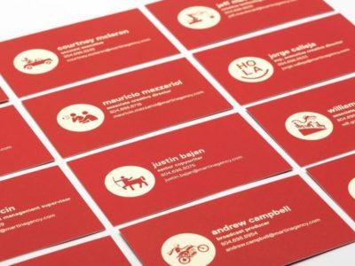 Визитные карточки соответствует корпоративному стилю компании, но и не лишены персонификации каждого работника - уникальная аватарка, которая выбрана по хобби работника